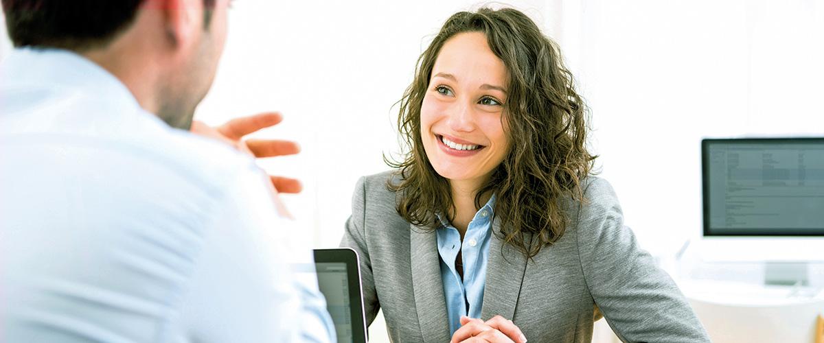 Beraterin im Kundengespräch bei einem Personaldienstleister