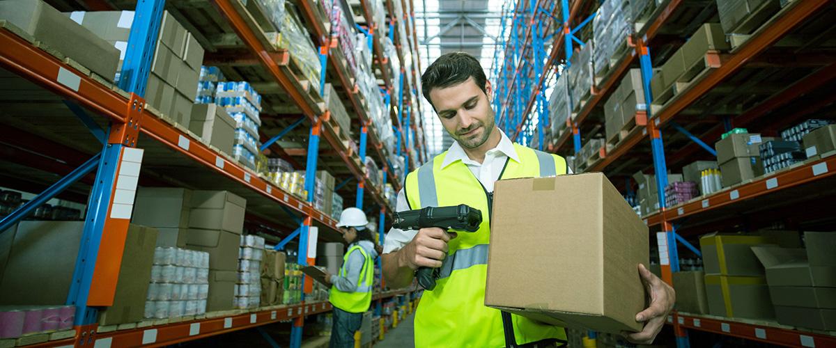 Mitarbeiter in der Logistik scannt Ware