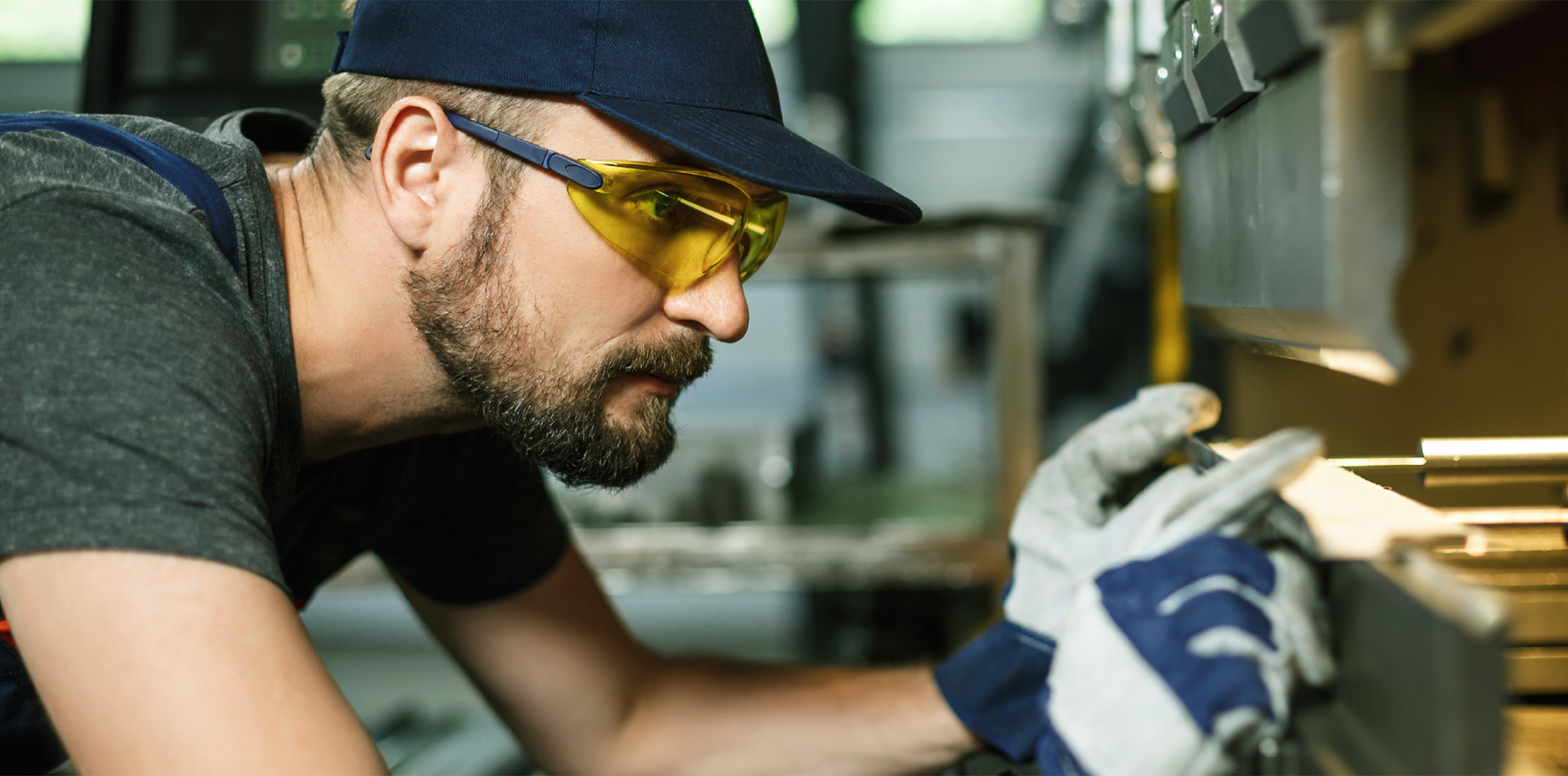 Facharbeiter an Maschine in Industrie oder Handwerk