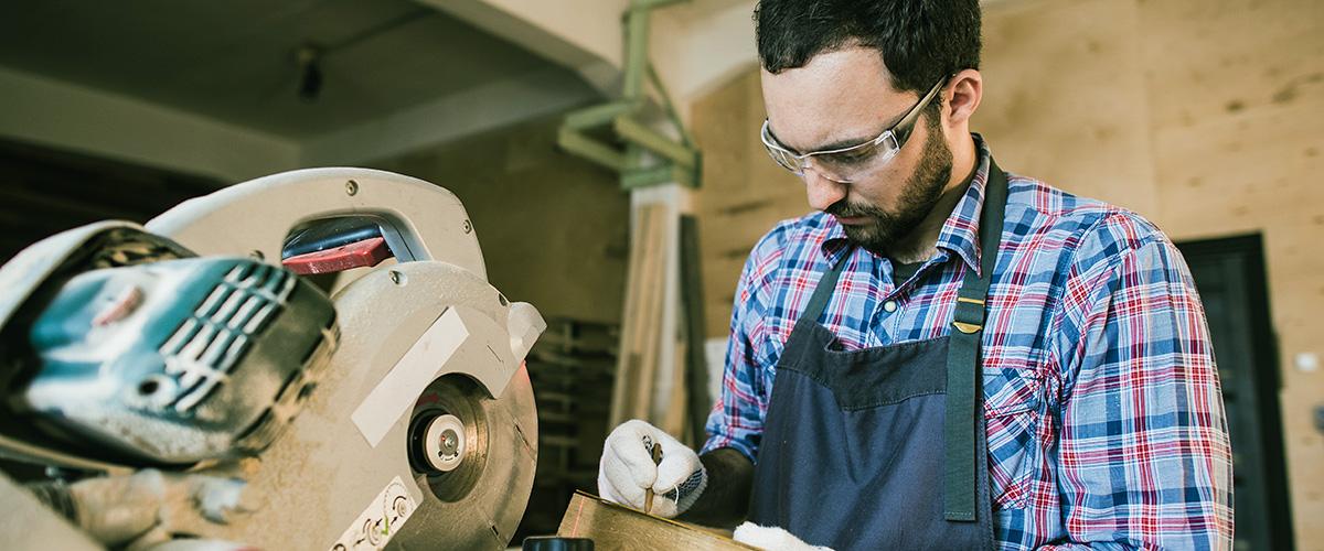 Mitarbeiter in der Holzbearbeitung im Handwerk